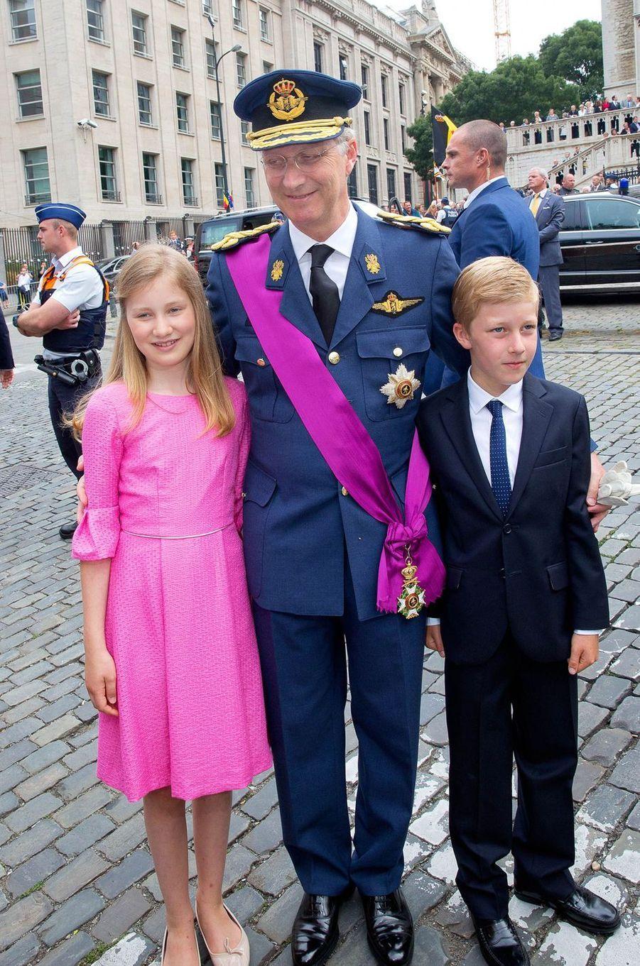 La princesse Elisabeth de Belgique avec le roi des Belges Philippe et le prince Emmanuel, le 21 juillet 2015