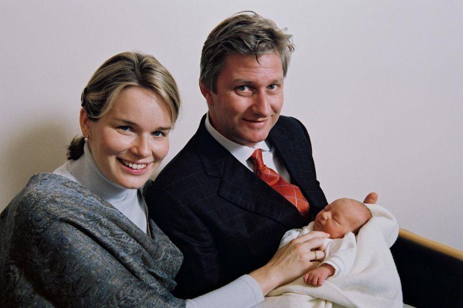 La princesse Elisabeth de Belgique avec ses parents, à trois jours, le 28 octobre 2001
