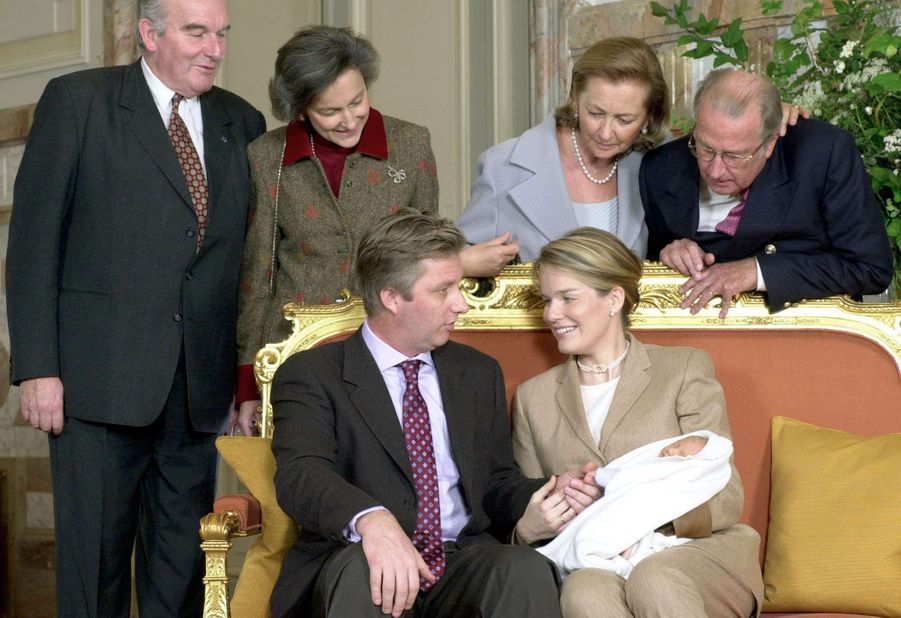 La princesse Elisabeth de Belgique avec ses parents et ses grands-parents, le 3 novembre 2001