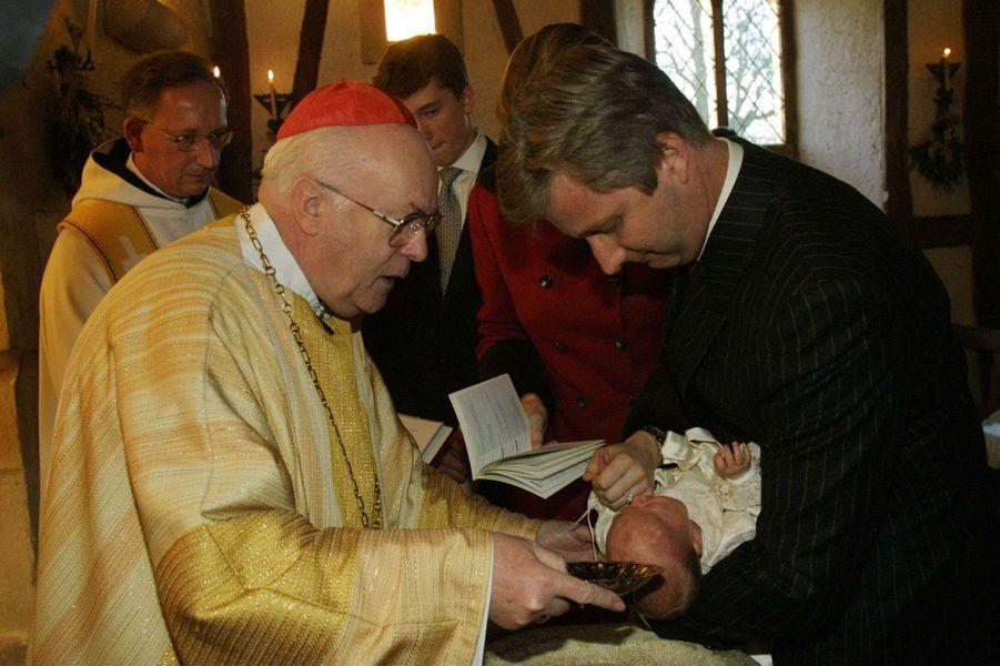 La princesse Elisabeth de Belgique le jour de son baptême, le 9 décembre 2001