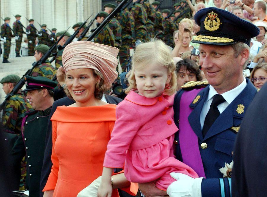 La princesse Elisabeth de Belgique avec ses parents, le 21 juillet 2006