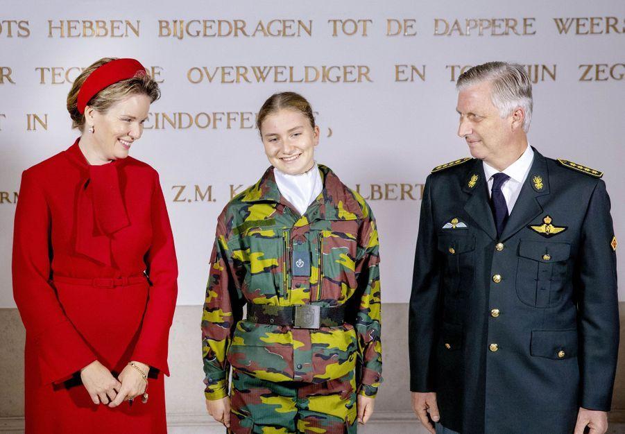 La princesse héritière Elisabeth de Belgique avec ses parents la reine Mathilde et le roi des Belges Philippe à Bruxelles, le 8 octobre 2020