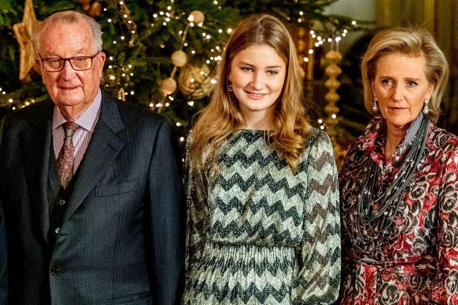 La princesse Elisabeth de Belgique avec sa tante la princesse Astrid et son grand-père l'ex-roi des Belges Albert II à Bruxelles, le 19 décembre 2018