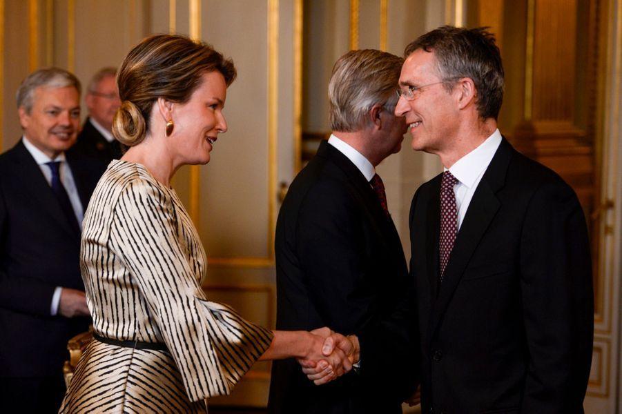 La reine Mathilde adopte un style zébré