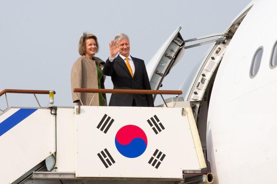 La reine Mathilde et le roi des Belges Philippe quittent Séoul, le 28 mars 2019