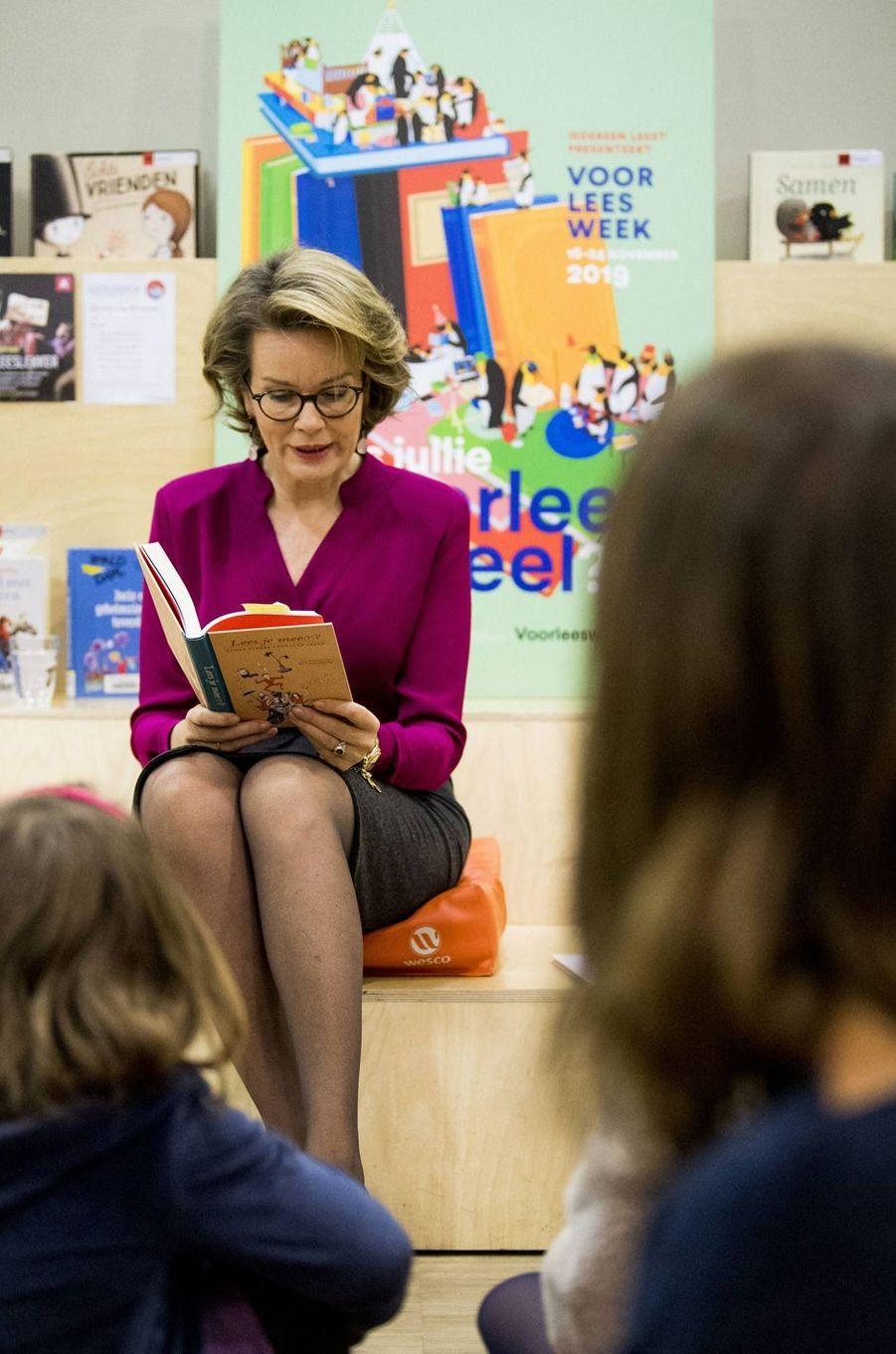 La reine Mathilde de Belgique dans une bibliothèque à Berchem, le 19 novembre 2019