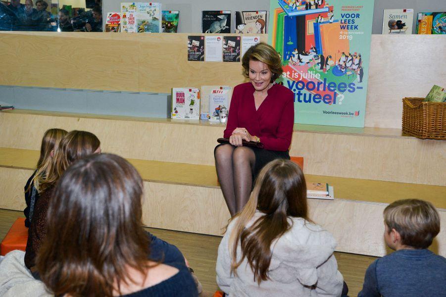 La reine des Belges Mathilde dans une bibliothèque à Berchem, le 19 novembre 2019