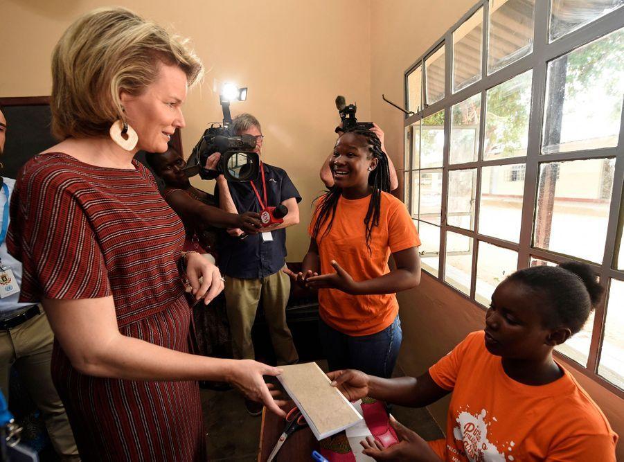 La reine des Belges Mathilde dans la banlieue de Maputo au Mozambique, le 4 février 2019