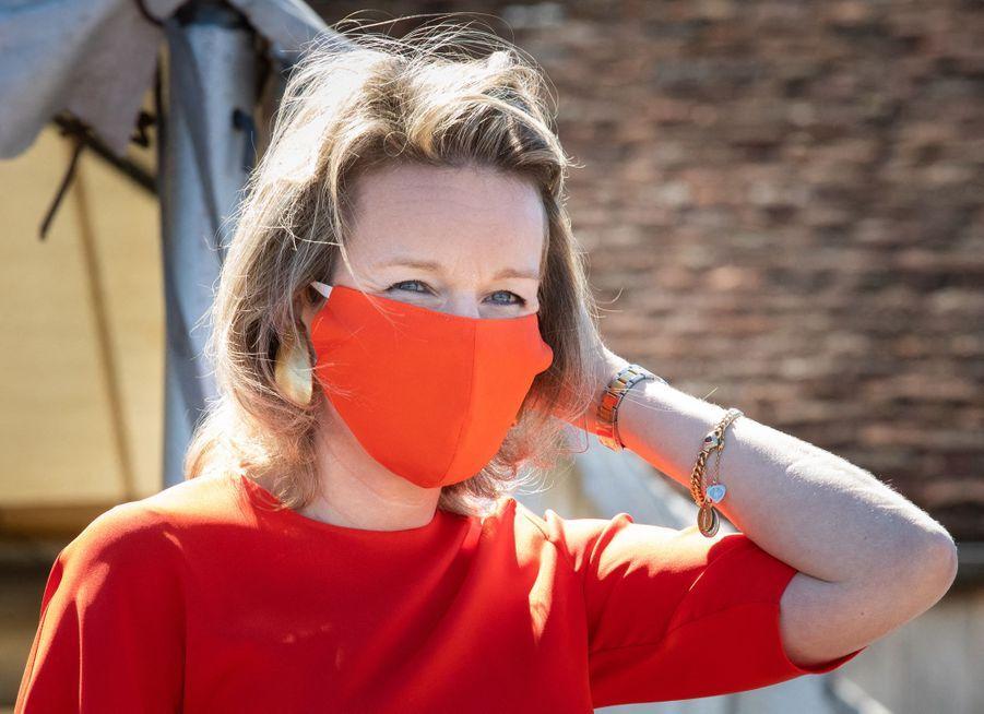 La reine des Belges Mathilde avec un masque rouge à Oostnieuwkerke, le 28 mai 2020