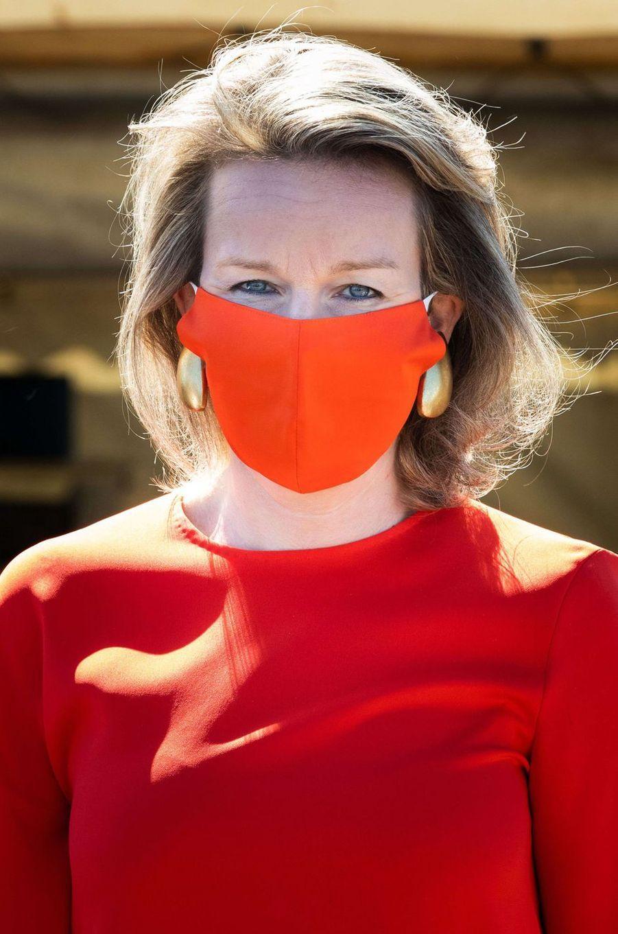 Le masque rouge de la reine des Belges Mathilde à Oostnieuwkerke, le 28 mai 2020