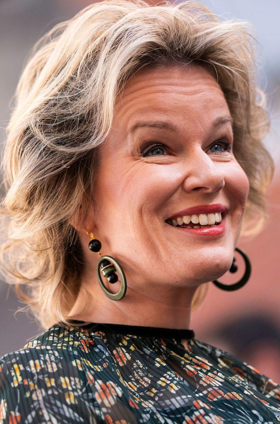 Les boucles d'oreille de la reine des Belges Mathilde à Louvain, le 8 novembre 2018