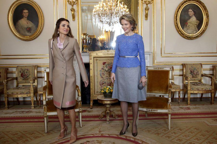 La reine Mathilde de Belgique avec la reine Rania de Jordanie au Palais royal à Bruxelles, le 12 janvier 2016