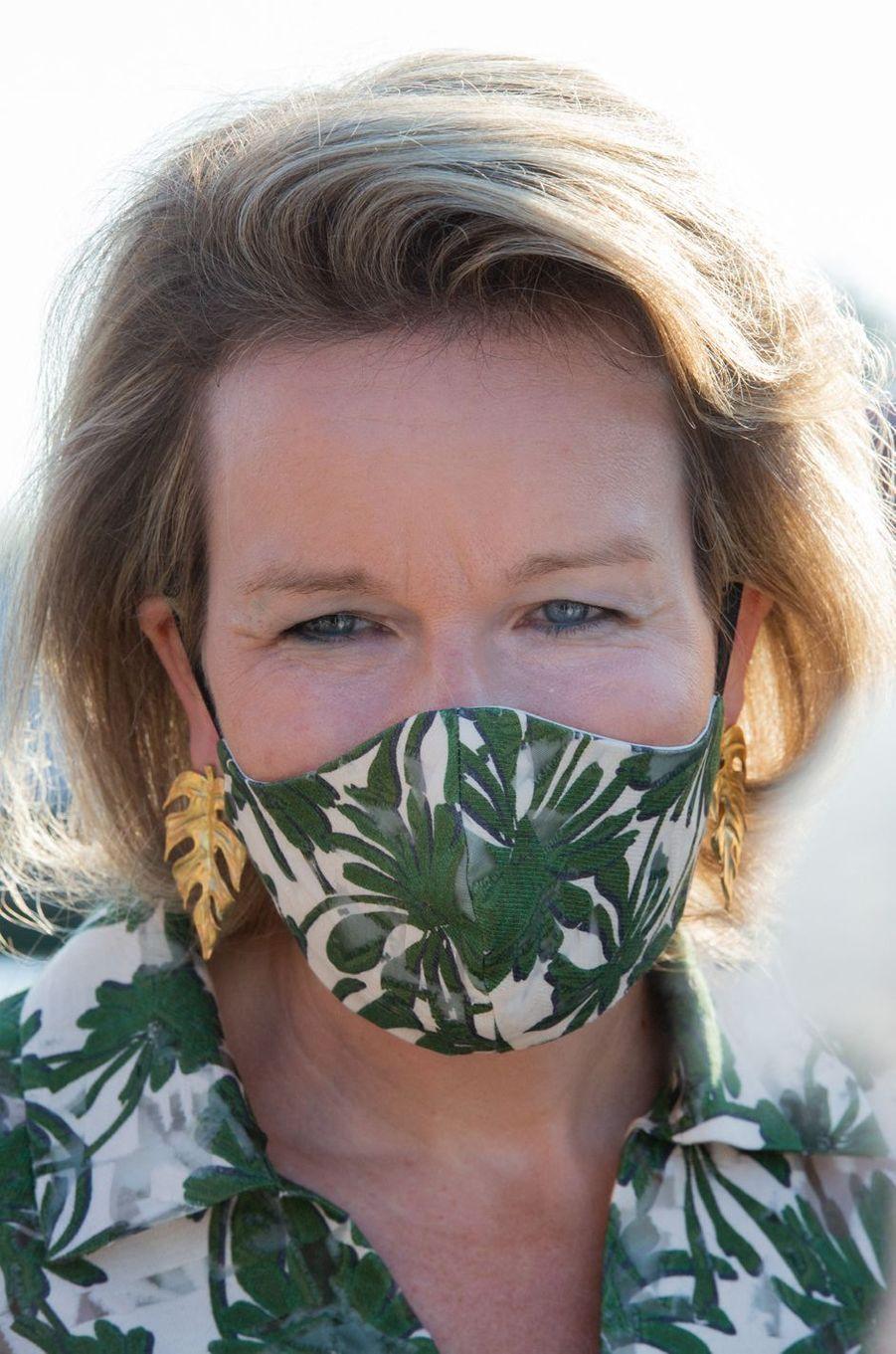 La reine des Belges Mathilde avec son masque et ses boucles d'oreille en forme de feuilles à Lievegem, le 15 septembre 2020