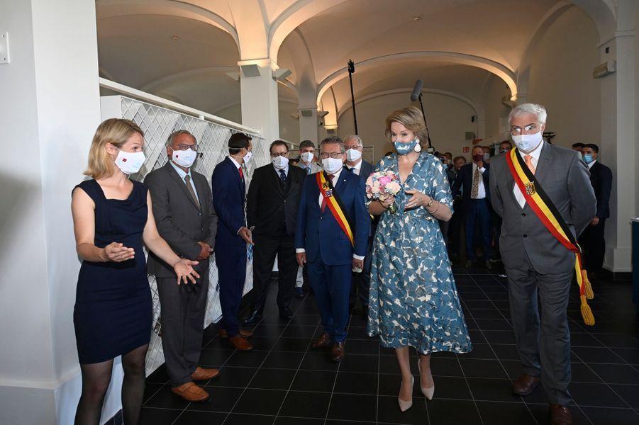 La reine des Belges Mathilde avec un masque du même tissu de sa robe à Bruges, le 16 juin 2020