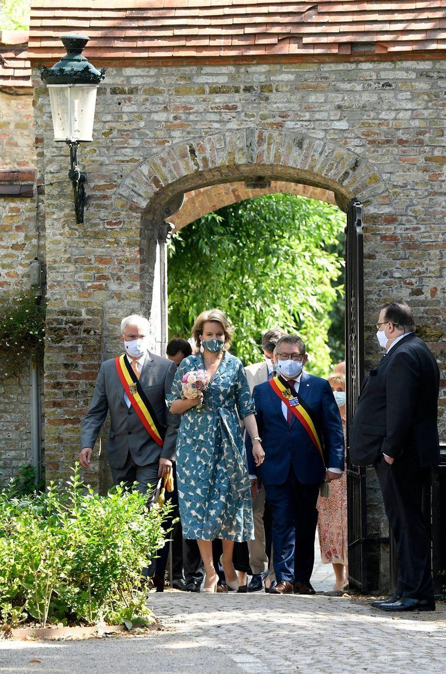La reine des Belges Mathilde, avec un masque assorti à sa robe, à Bruges, le 16 juin 2020