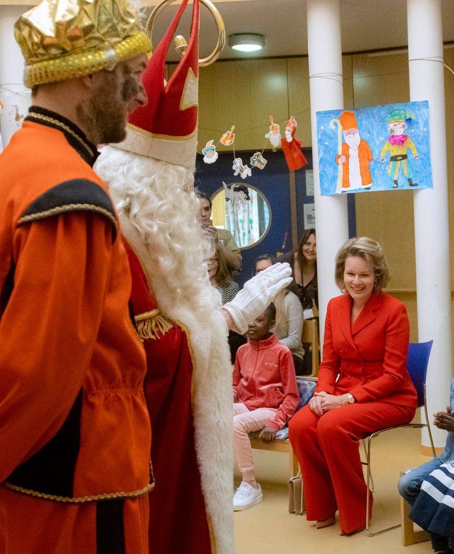 La reine des Belges Mathilde dans l'école de l'hôpital universitaire des enfants Reine Fabiola à Laeken, le 6 décembre 2019