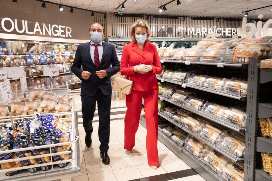 La reine des Belges Mathilde en visite dans un Carrefour Market à Gerpinnes, le 6 mai 2020
