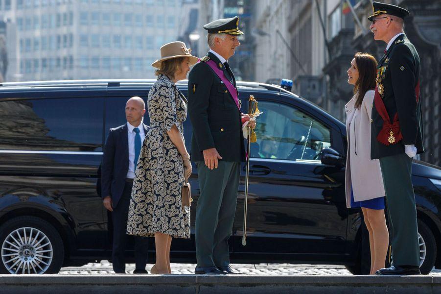 La reine Mathilde et le roi des Belges Philippe avec Sophie Wilmès et le général Marc Compernol à Bruxelles, le 8 mai 2020