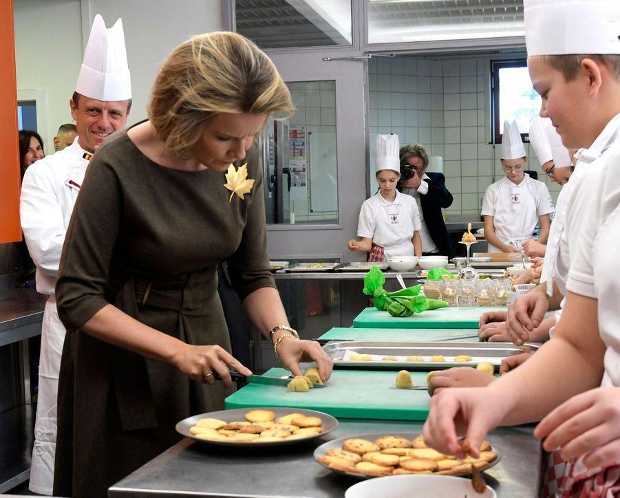 La reine Mathilde de Belgique dans une école hôtelière à Koksijde, le 5 novembre 2019
