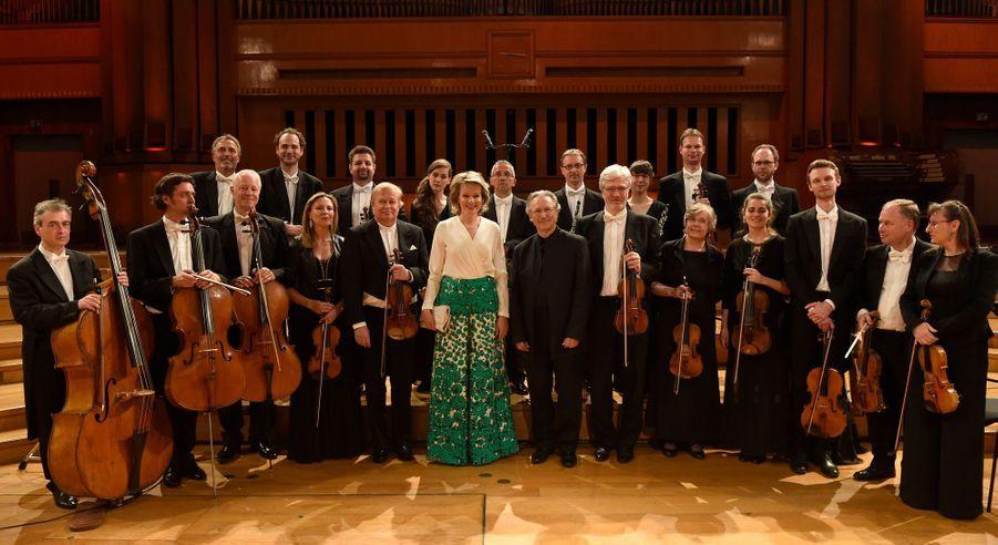 La reine des Belges Mathilde avec l'orchestre qui accompagne les candidats du Concours reine Elisabeth à Bruxelles, le 11 mai 2019