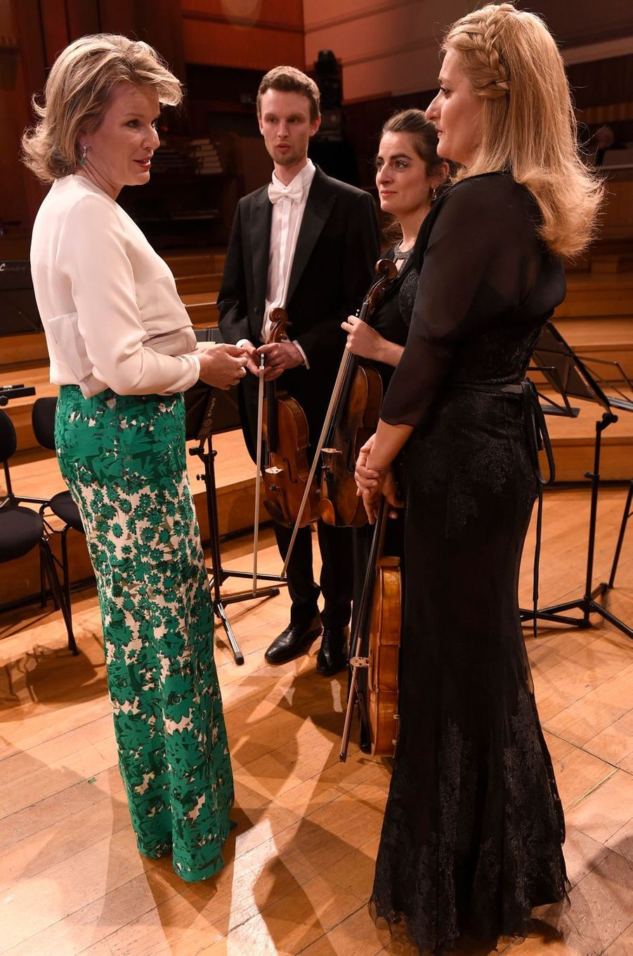 La reine des Belges Mathilde avec des musiciens qui accompagnent les candidats du Concours reine Elisabeth à Bruxelles, le 11 mai 2019