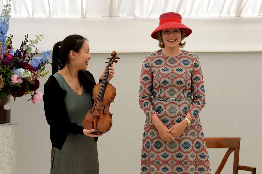 La reine des Belges Mathilde, avec Stella Chen qui a remporté le Concours Reine Elisabeth, à Waterloo le 28 mai 2019