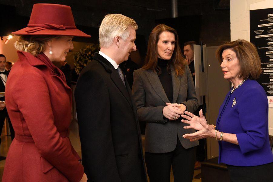 La reine Mathilde et le roi des Belges Philippe avec la Première ministre belge et Nancy Pelosi à Bastogne, le 16 décembre 2019