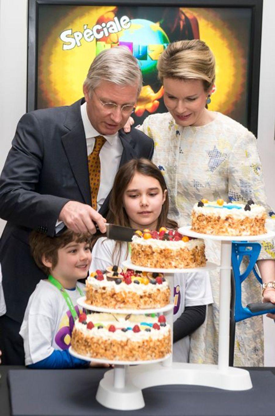 a reine Mathilde et le roi Philippe de Belgique dans les studios de la RTBF à Bruxelles, le 19 mars 2015