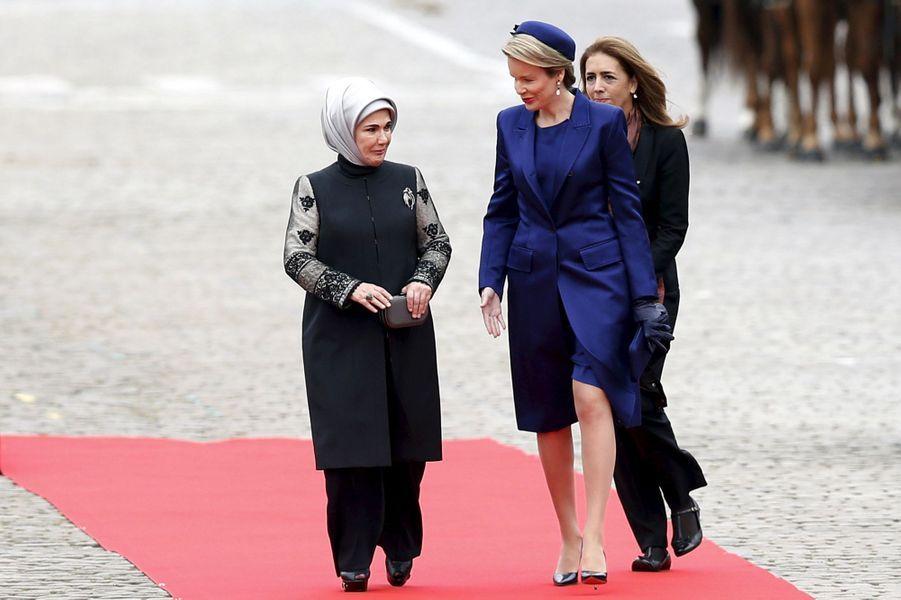 La reine Mathilde de Belgique avec la première dame de Turquie à Bruxelles, le 5 octobre 2015