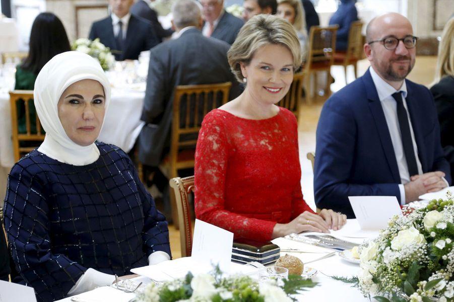 La reine Mathilde de Belgique avec la première dame de Turquie au château de Laeken à Bruxelles, le 6 octobre 2015