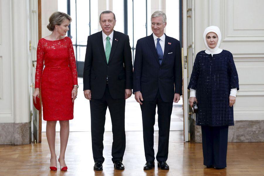 La reine Mathilde et le roi Philippe de Belgique, avec le président turc et sa femme au château de Laeken à Bruxelles, le 6 octobre 2015