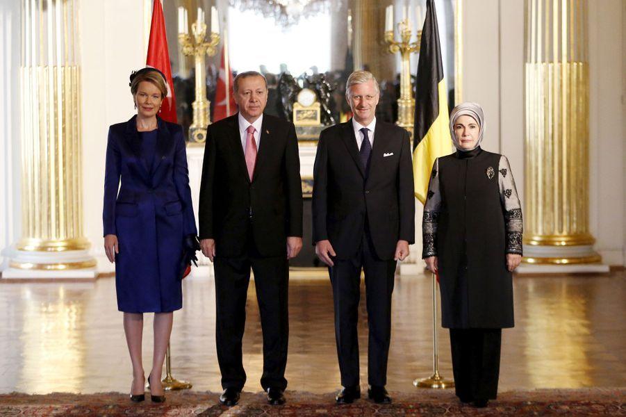 La reine Mathilde et le roi Philippe de Belgique, avec le président turc et sa femme au Palais royal à Bruxelles, le 5 octobre 2015