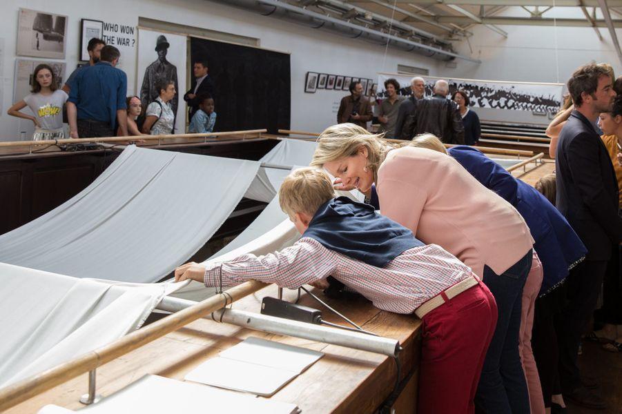 La reine Mathilde de Belgique, avec le prince Emmanuel et la princesse Eléonore, à Bruxelles le 16 septembre 2018