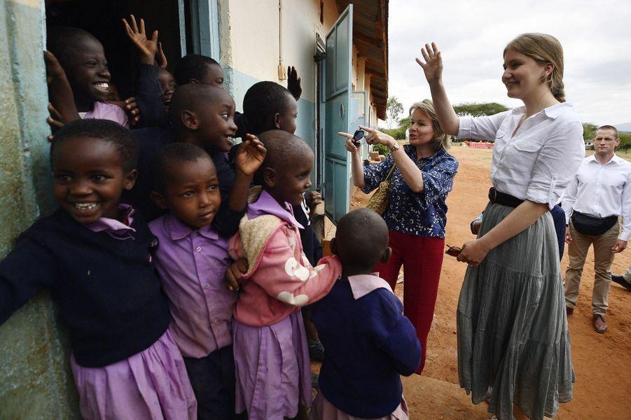 La reine des Belges Mathilde et la princesse Elisabeth chez les Massaï au Kenya, le 27 juin 2019