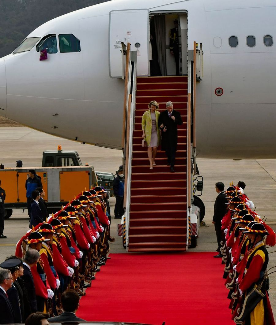 La reine Mathilde et le roi des Belges Philippe à leur arrivée à Séoul en Corée du Sud, le 24 mars 2019