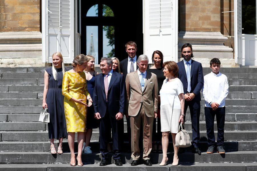 La reine Mathilde et le roi des Belges Philippe avec Eddy Merckx et sa famille à Bruxelles, le 5 juillet 2019