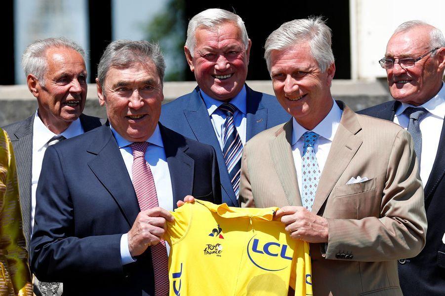 Le roi des Belges Philippe avec Eddy Merckx et ses coéquipiers de 1969 à Bruxelles, le 5 juillet 2019