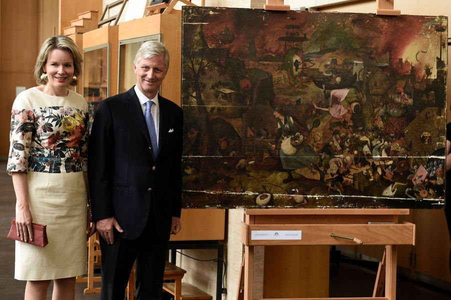"""La reine Mathilde de Belgique et le roi des Belges Philippe devant le tableau """"Dulle Griet"""" de Bruegel l'Ancien à Bruxelles, le 11 juin 2018"""