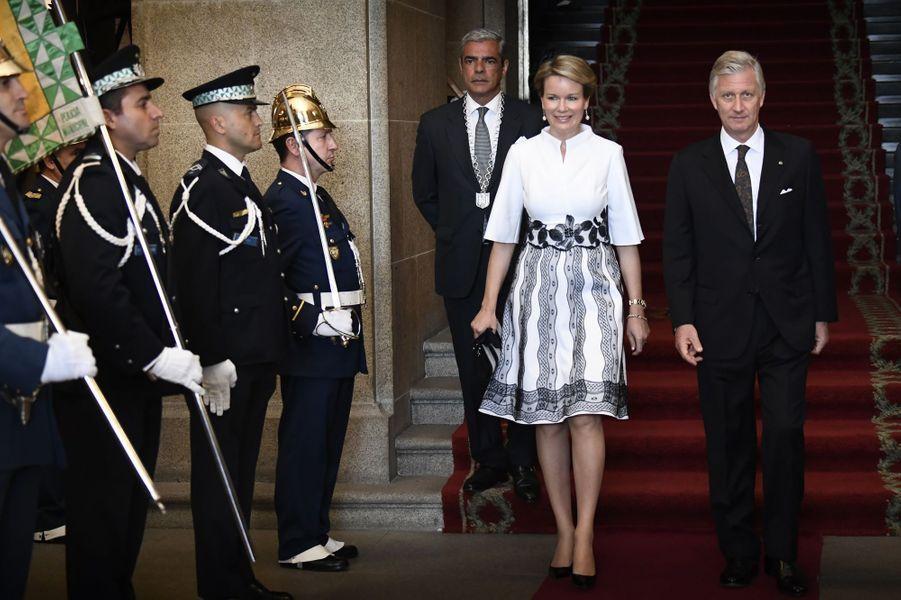 La reine Mathilde et le roi des Belges Philippe sortent de l'Hôtel de ville à Porto, le 24 octobre 2018