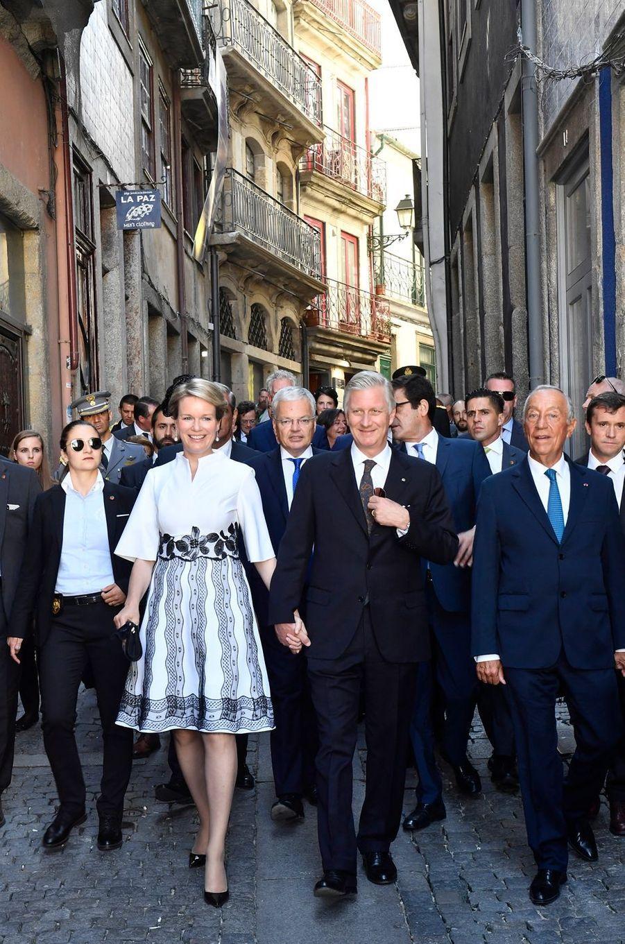 La reine Mathilde et le roi des Belges Philippe avec le président portugais à Porto, le 24 octobre 2018