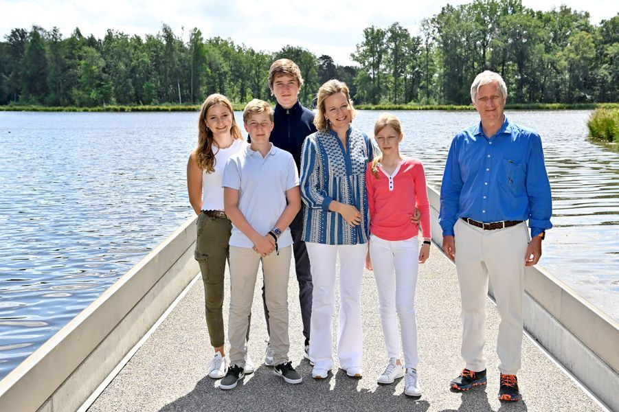 La reine Mathilde, le roi des Belges Philippe, les princesses Elisabeth et Eléonore et les princes Gabriel et Emmanuel de Belgique à Bokrijk, le 27 juin 2020