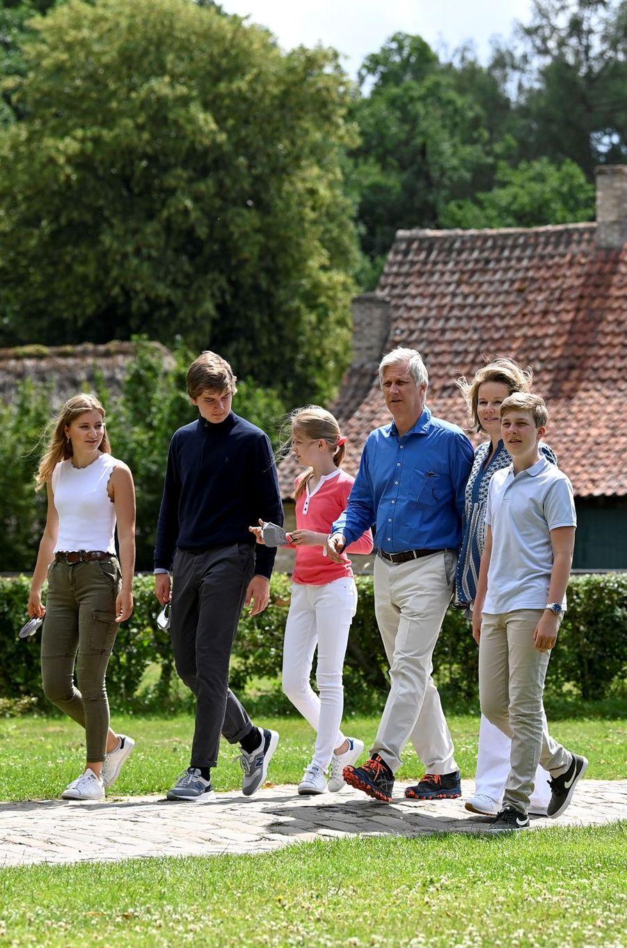 La reine Mathilde, le roi des Belges Philippe, les princesses Elisabeth et Eléonore et les princes Gabriel et Emmanuel de Belgique au musée du domaine de Bokrijk, le 27 juin 2020