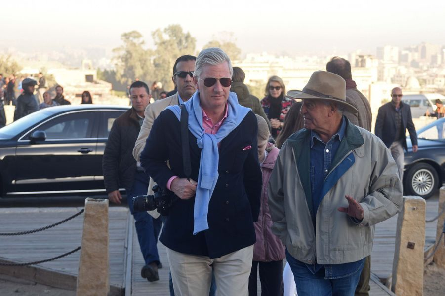 Le roi des Belges Philippe et le Dr Zahi Hawass sur le site de Gizeh en Egypte, le 5 janvier 2019
