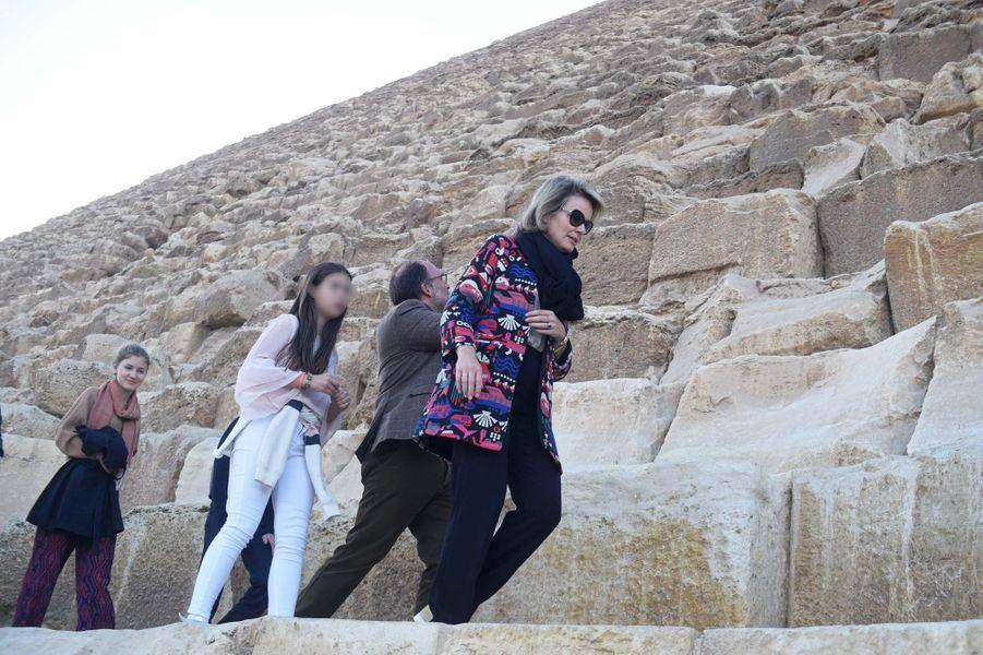La reine des Belges Mathilde et la princesse Elisabeth de Belgique sur le site de Gizeh en Egypte, le 5 janvier 2019