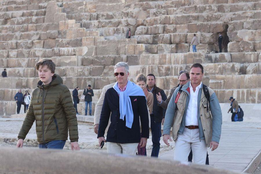 Le roi des Belges Philippe, le prince Gabriel et la princesse Elisabeth de Belgique sur le site de Gizeh en Egypte, le 5 janvier 2019
