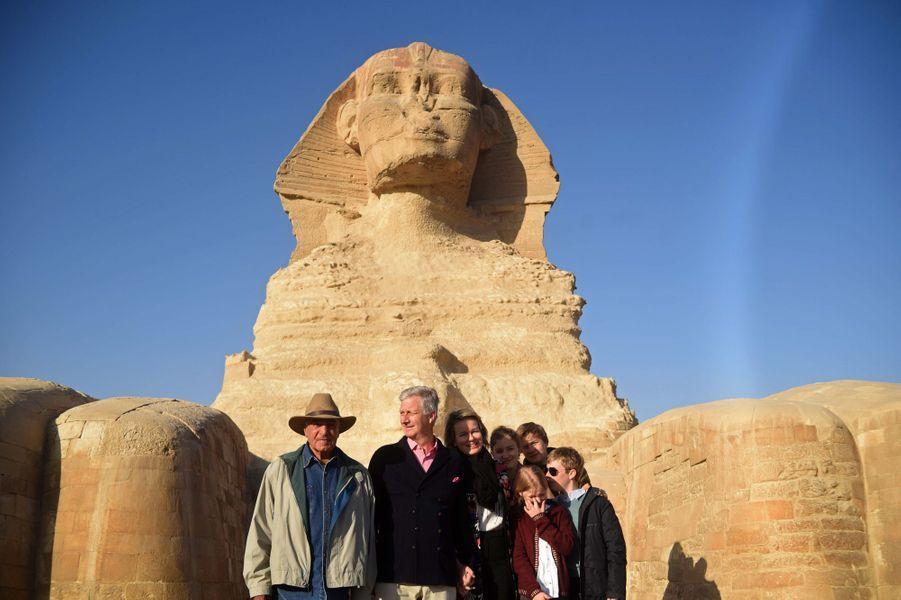 La famille royale de Belgique avec Dr Zahi Hawass sur le site de Gizeh en Egypte, le 5 janvier 2019
