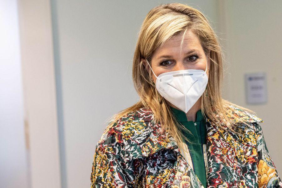 La reine Maxima des Pays-Bas porte un masque à Enschede, le 16 avril 2020