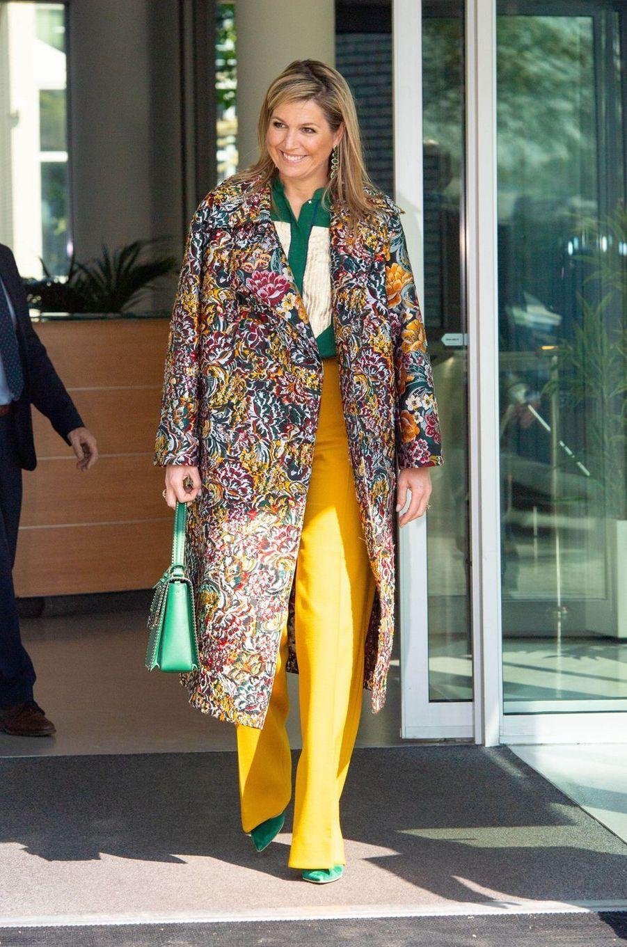 La reine Maxima des Pays-Bas, dans un manteau Oscar de la Renta, à Enschede le 16 avril 2020