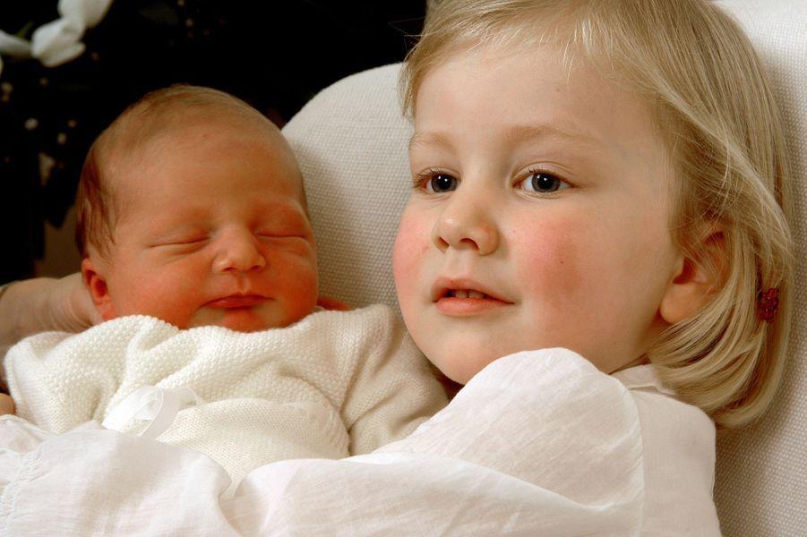Le prince Emmanuel de Belgique avec sa grande soeur la princesse Elisabeth, le 6 octobre 2005