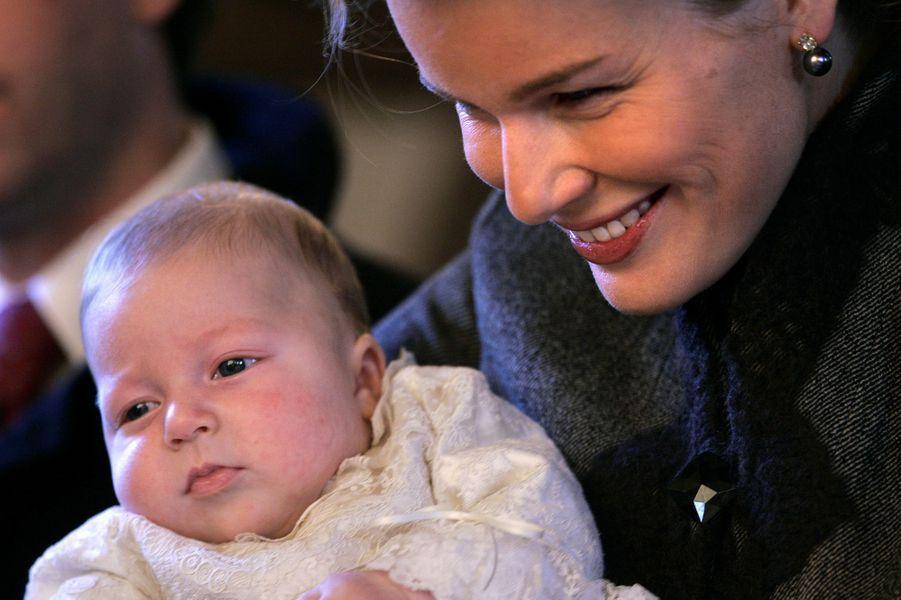 Le prince Emmanuel de Belgique avec sa mère la princesse Mathilde, le jour de son baptême, 10 décembre 2005